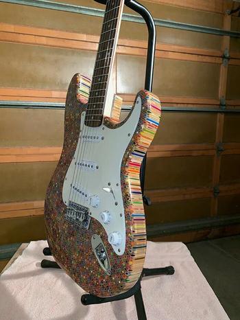 Гитара из цветных карандашей