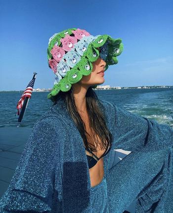 Вязаная панама — самый недооцененный летний тренд, который вы обязательно полюбите: модный урок от Жизель Оливейры