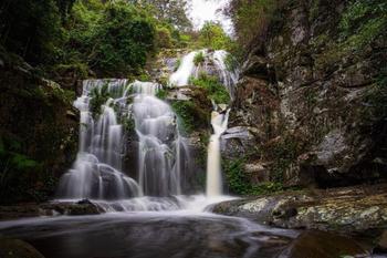 Потрясающие скальные водопады Зелёного континента