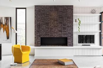 Современный минималистичный интерьер дома в черном и белом