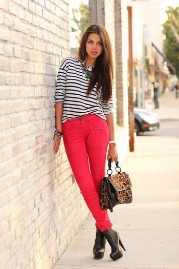 С чем носить красные брюки и джинсы: 22 стильных образа