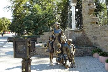 13 трогательных памятников семье из разных уголков мира