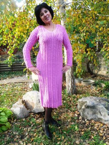 Элегантное женское платье с рельефным узором