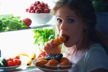 «Да начнется ночной жор!»: диетологи назвали 11 продуктов, которые можно есть перед сном