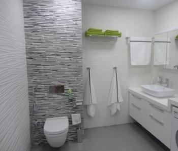 Светлая ванная комната в бело-серых тонах