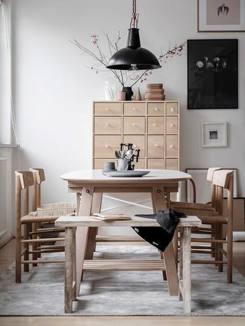 Гостиная с подиумом и кабинет на антресоли: интерьер светлой квартиры в Швеции