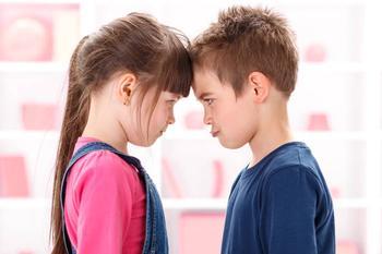 Старший и младший ссорятся и дерутся: 5 решений для родителей
