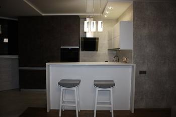 Кухня: пробка, камень и состаренная бронза