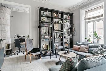 Шведская квартира с открытой гостиной и черным стеллажом (63 кв. м)