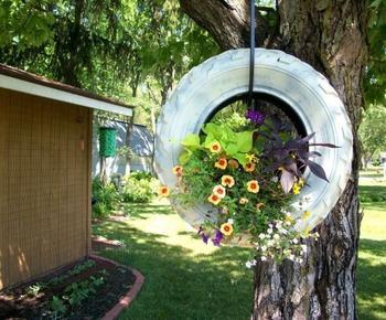 Подвесная клумба для украшения сада своими руками