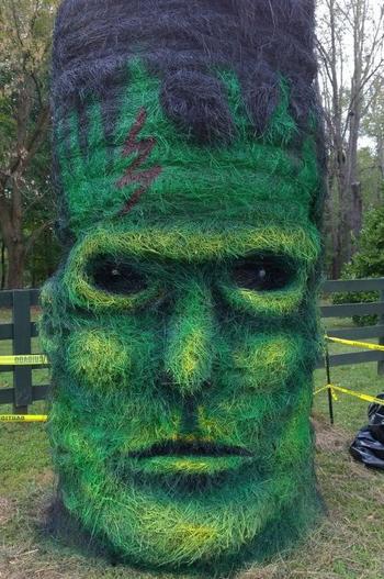 Скульптуры на Хэллоуин из прессованного сена