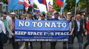 Делегация из США прошла с антинатовским транспарантом на демонстрации в Крыму