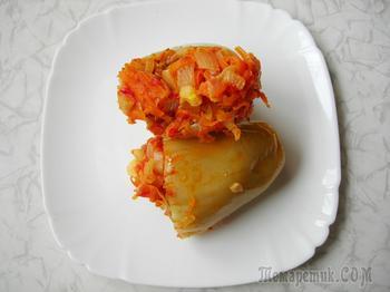 Перец фаршированный капустой с овощным томатным соусом