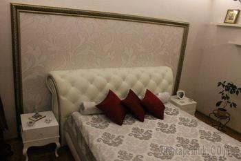 Спальня: кристаллы на кровати, жемчужные обои и Париж