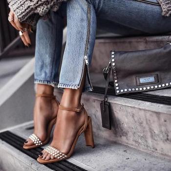 Как выбрать и носить босоножки на тонком ремешке?