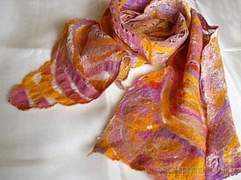 Шарф из шерсти на шелковом одеяле