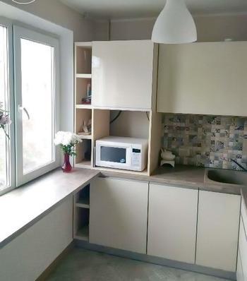 """Кухня: стеклянная мебель без ручек и фартук-""""пэчворк"""""""