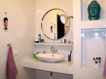 Ванная: на широких бортиках ванны помещаются чашка кофе, свечи и даже ведерко с шампанским