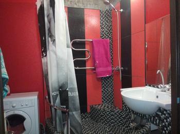 Микс плитки, мозаики и обоев в ванной