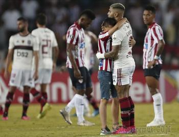 «На поле в масках»: как в Латинской Америке принуждают к футболу