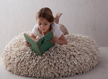 Азбука рукодельницы: как сделать из старых футболок коврик, пуф и подушку