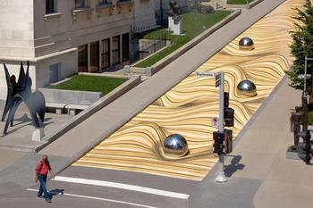 """Крупномасштабный уличный рисунок """"Движущиеся дюны"""" искажает улицу в Монреале"""