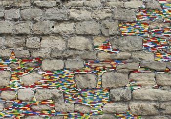 Художник, который ремонтирует разрушающиеся стены с помощью кирпичиков LEGO