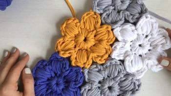 Цветочная поляна безотрывным вязанием