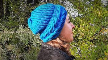 Мастер-класс по вязанию женской шапки с поперечной косой английской резинкой