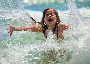 Можно ли ребёнку купаться пока «губы не посинеют»?
