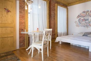 Студия с народными мотивами и деревянным потолком в Соляном переулке (Петербург)