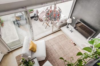 Шведская мансардная квартира площадью 62 кв.м. в черно-белых цветах