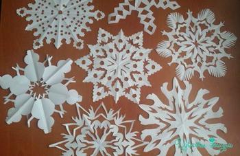 Красивые снежинки, вырезанные из бумаги