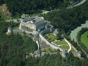 Замок Хоэнверфен: средневековая крепость, окруженная живописными Альпами