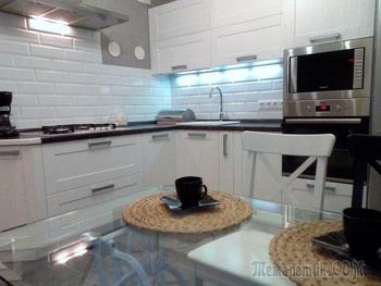 Кухня: настенный барельеф, советская люстра и стол из швейной машины
