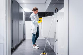 Почему в общественных туалетах дверцы не достают до пола
