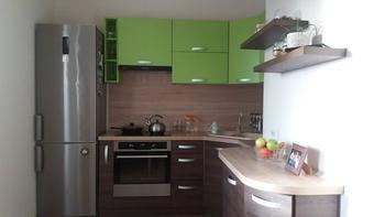 Кухня: в теплых зеленом и шоколадном цветах