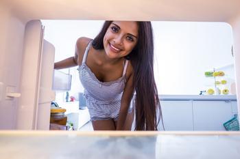 Зачем класть в холодильник одежду: 7 неожиданных причин