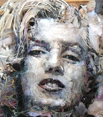 Художник создаёт впечатляющий арт из мусора, который находит на пляжах