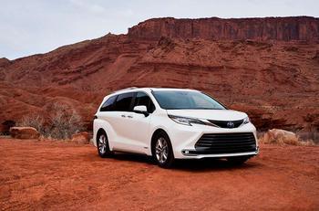 Новая Toyota Sienna: Гибридные силы и пылесос на борту