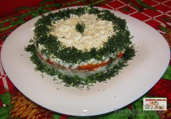 Слоеный салат с консервированным тунцом