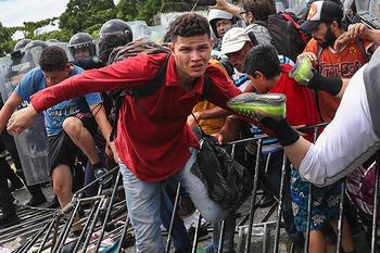 «Трамп пошлет вертолеты и танки, но мы прорвемся!» Тысячи мигрантов пришли к границе США. На той стороне их ждет армия и боль