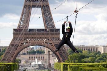 С ветерком: в Париже можно прокататься на зиплайне с Эйфелевой башни
