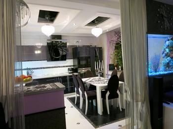 Кухня: аквариум, шторы-перегородка, барная стойка из искусственной кожи