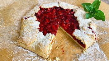 Открытый пирог со свежей клубникой