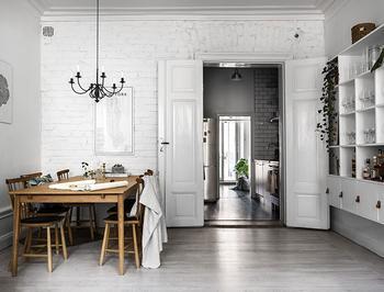Небольшая шведская квартира со спальней под потолком