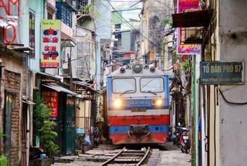 8 поездов, которые проходят через самые необычные места
