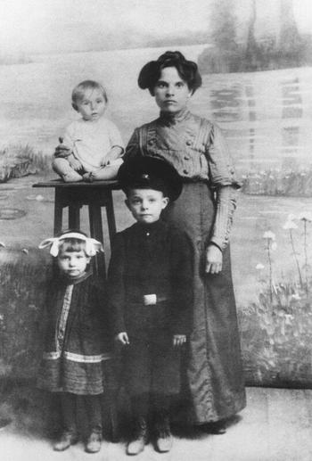 Краткая биография Леонида Ильича Брежнева в фотографиях