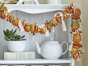 Праздничная гирлянда из апельсинов
