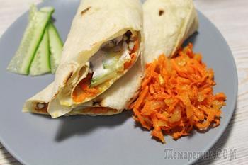 Шаурма с морковкой по-корейски и сочной курицей.